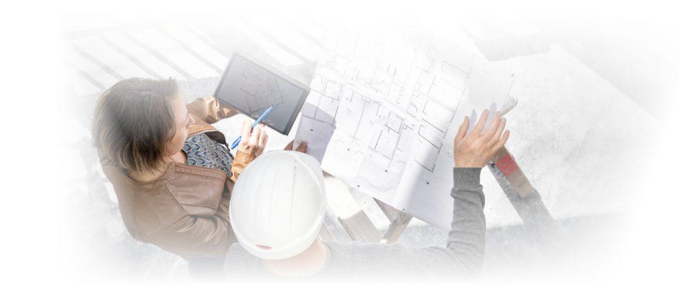 Architectes travaillant sur un plan sur un chantier